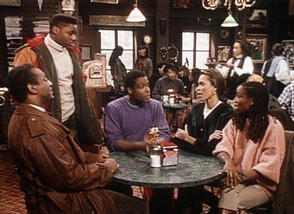 Theo (Malcolm-Jamal Warner, 2.v.l.) trifft seinen Vater Cliff (Bill Cosby, l.) und Martin (Joseph C. Phillips, M.) in einem Café, wo sie sich höch... - Bildquelle: Viacom