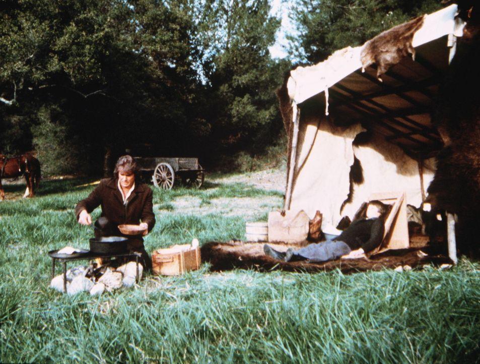 Charles (Michael Landon, l.) kocht für seinen todkranken Sohn James (Jason Bateman, r.) eine kräftige Brühe. - Bildquelle: Worldvision
