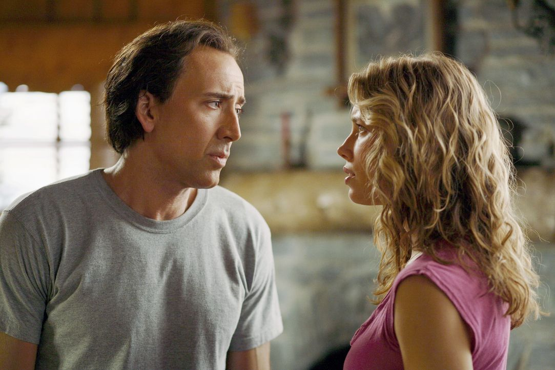 Die US-Regierung hofft mit Cris' (Nicolas Cage, l.) Fähigkeiten einen geplanten Terroranschlag auf L.A. verhindern zu können. Doch der will so lan... - Bildquelle: t   2007 Paramount pictures. All Rights Reserved.