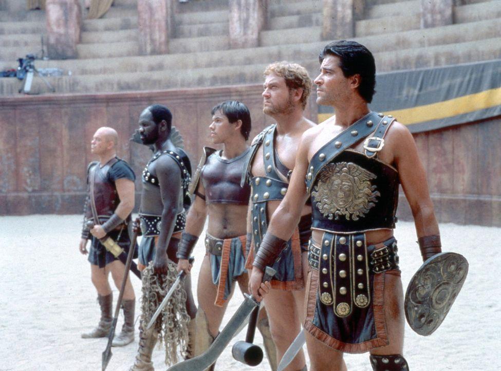 Ehre, Ruhm oder der schnelle Tod erwartet die Gladiatoren: Gladiatoren-Trainer Cinna (Ross Kemp, l.), Nordo (Chris Jarman, 2.v.l.), Crixus (Paul Kyn... - Bildquelle: USA Network Pictures