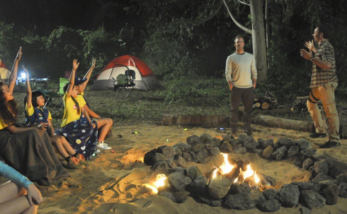 Ein Campingausflug mit den Aloha Girls endet für Steve (Alex O'Loughlin, r.), Danny (Scott Caan, 2.v.r.) und die Mädchen mit einem Kampf um Leben un... - Bildquelle: 2012 CBS Broadcasting, Inc. All Rights Reserved.