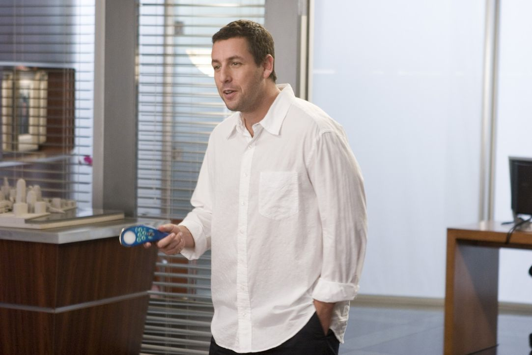Was wäre, wenn Du eine universelle Fernbedienung hättest, mit der du dein Leben in den Griff bekommen könntest? Michael (Adam Sandler) findet es her... - Bildquelle: Sony Pictures Television International. All Rights Reserved.