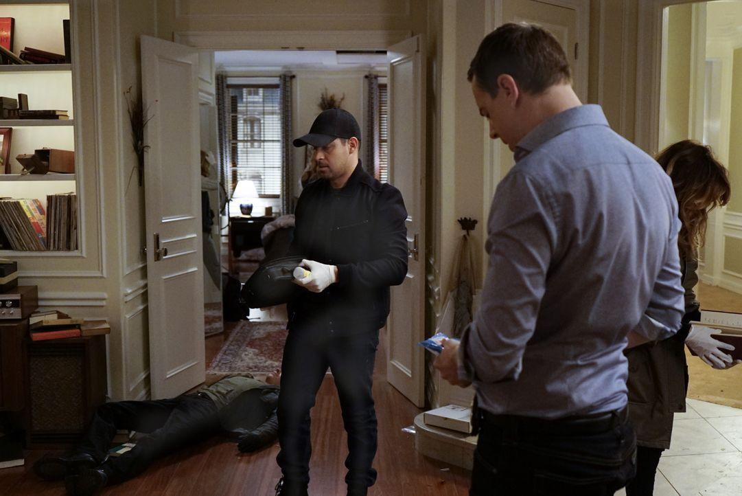 McGee (Sean Murray, r.) ist geschockt, als er sein Apartment völlig zerstört vorfindet und dabei sogar einen der Diebe auf frischer Tat ertappt. Bei... - Bildquelle: 2016 CBS Broadcasting, Inc. All Rights Reserved