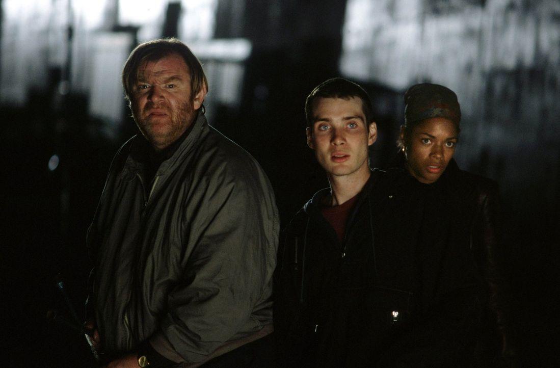Verzweifelt versuchen Frank (Brendan Gleeson, l.), Jim (Cillian Murphy, M.) und Selena (Naomie Harris, r.) den infizierten Menschen auszuweichen und... - Bildquelle: 2002 Twentieth Century Fox Film Corporation. All rights reserved.