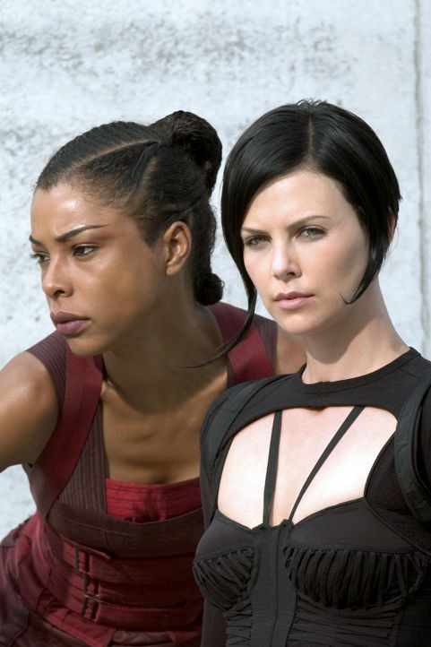 Machen sich gemeinsam auf, den Herrscher Trevor Goodchild das Fürchten zu lehren. Doch dann müssen Aeon Flux (Charlize Theron, r.) und Sithandra (... - Bildquelle: 2004 by PARAMOUNT PICTURES. All Rights Reserved.