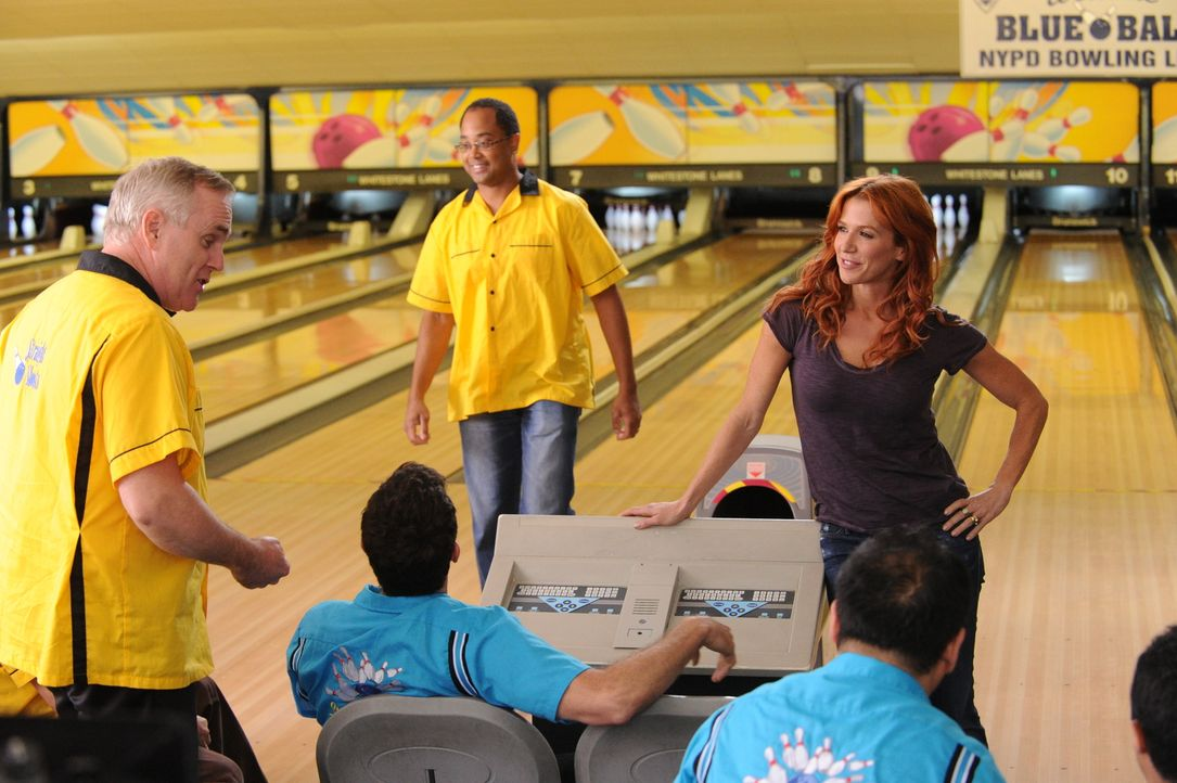 Ein Bowling-Abend mit tödlichem Ausgang: Jim Kelly (Malachy Cleary, l.) und Carrie (Poppy Montgomery, r.) ... - Bildquelle: 2011 CBS Broadcasting Inc. All Rights Reserved.