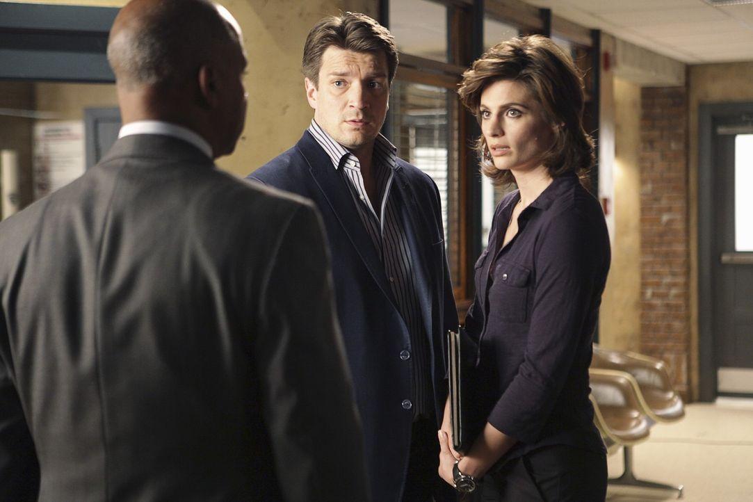 Captain Roy Montgomery (Ruben Santiago-Hudson, l.) bespricht mit Beckett (Stana Katic, r.) und Castle (Nathan Fillion, M.) die weitere Vorgehensweise. - Bildquelle: ABC Studios