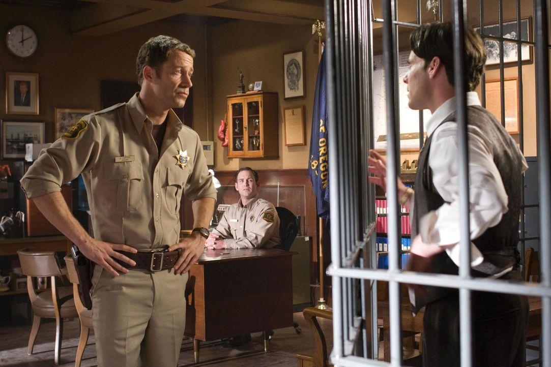 In Eureka ist alles nur fast so, wie es früher einmal war: Carter (Colin Ferguson, l.) und Dr. Grant (James Callis, r.) ... - Bildquelle: Universal Television