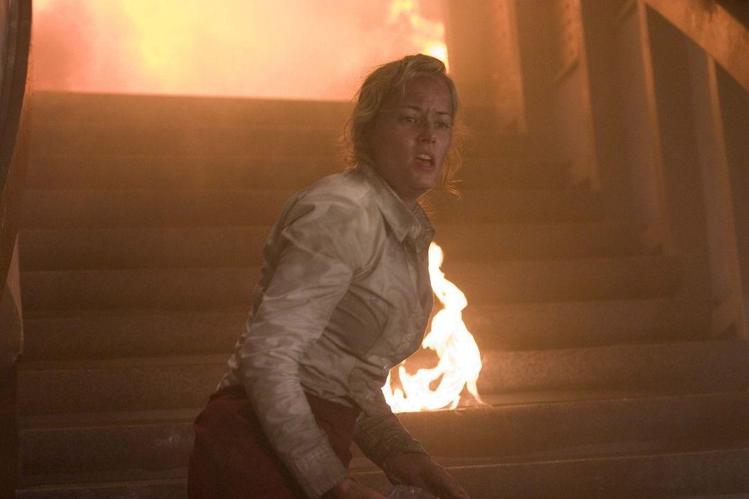 Der Berliner Fernsehturm brennt! Zunächst ist Katja (Silke Bodenbender) mitten in der Feuerhölle ganz auf sich gestellt, doch dann taucht plötzlich... - Bildquelle: ProSieben ProSieben