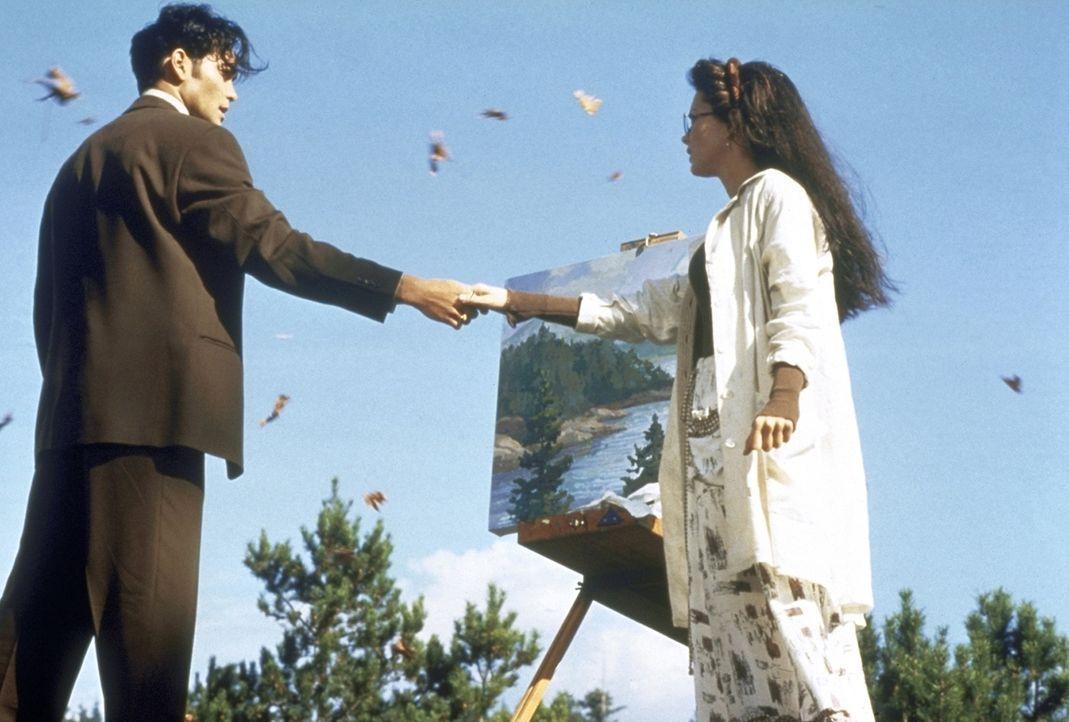 Als die schöne Malerin Emu O'Hara (Julie Condra, r.) Yo (Mark Dacascos, l.) kennenlernt, ahnt sie nichts von ihrem Verhängnis - Yo muss sie töten, d... - Bildquelle: Warner Bros.