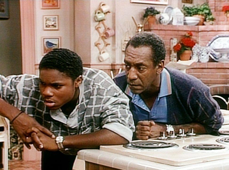 Cliff (Bill Cosby, r.) ist über Theos (Malcolm-Jamal Warner, l.) Angewohnheit, stundenlang in den Kühlschrank zu starren, gar nicht begeistert. - Bildquelle: Viacom