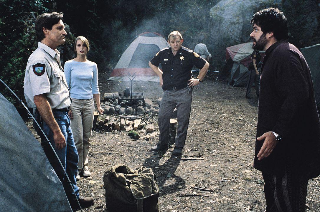 Sind sich nicht einig, ob sie das Tier einfangen oder töten sollen: (v.l.n.r.) Wildhüter Jack (Bill Pullman), Paläontologin Kelly (Bridget Fonda), S... - Bildquelle: Tobis Film