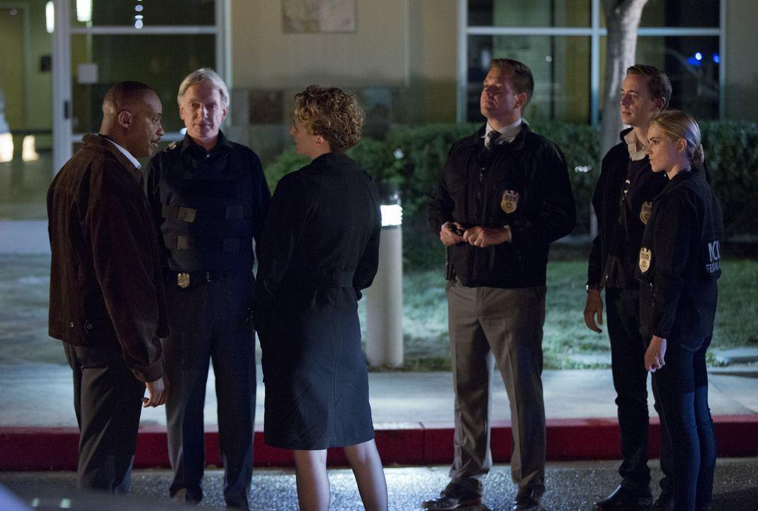 SecNav Sarah Porter (Leslie Hope, 3.v.l.) droht Vance (Rocky Carroll, l.) mit Entlassung. Doch wird es das Team um Gibbs (Mark Harmon, 2.v.l.), Tony... - Bildquelle: Monty Brinton CBS Television / Monty Brinton