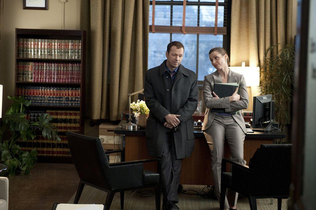 Erin (Bridget Moynahan, r.) ist wütend auf Danny (Donnie Wahlberg, l.), weil der ihre Tochter zu einem Einsatz mitgenommen hat und diese seit dem vo... - Bildquelle: 2010 CBS Broadcasting Inc. All Rights Reserved
