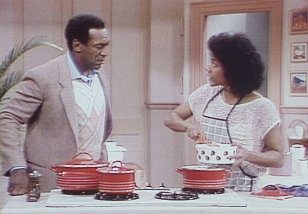 Clair (Phylicia Rashad, r.) weigert sich, Cliff (Bill Cosby, l.) etwas zu essen zu geben, solange er Theo wegen seiner schlechten Zensuren nicht die... - Bildquelle: Viacom