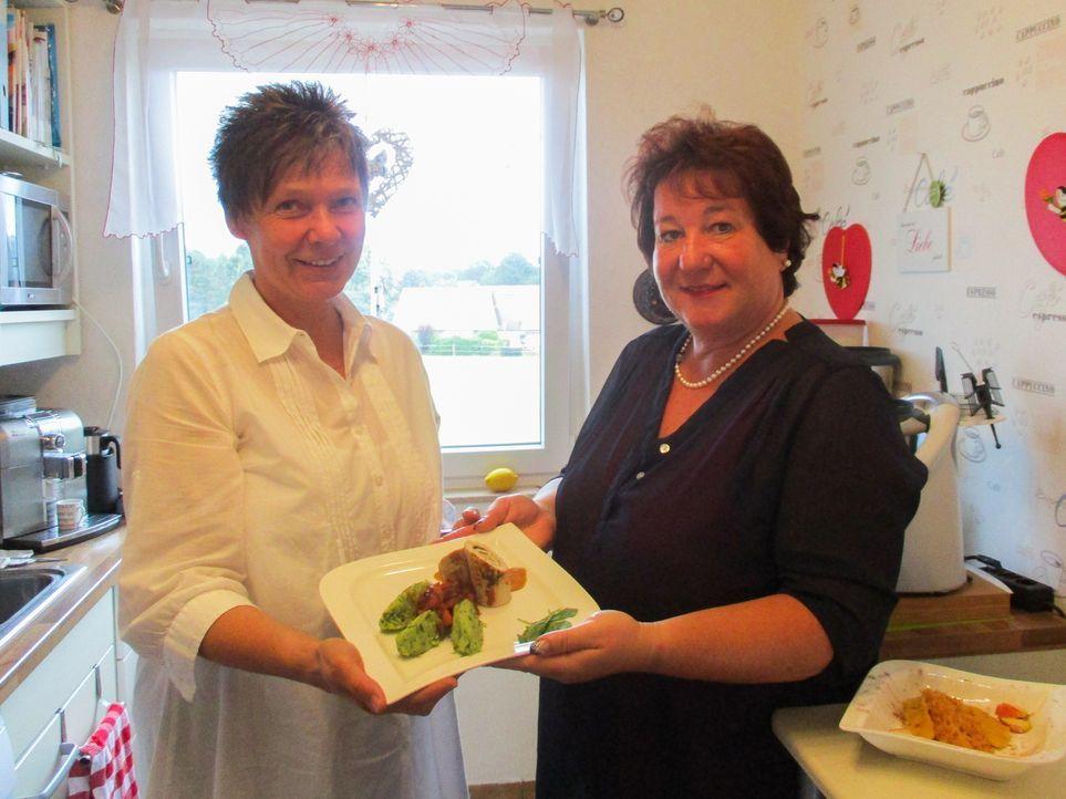 Eigentlich kochen Sabine und Christiane am liebsten mit einem Hightech-Küchenmixer, doch dieses Mal müssen sie auf das Helferlein verzichten ... - Bildquelle: kabel eins