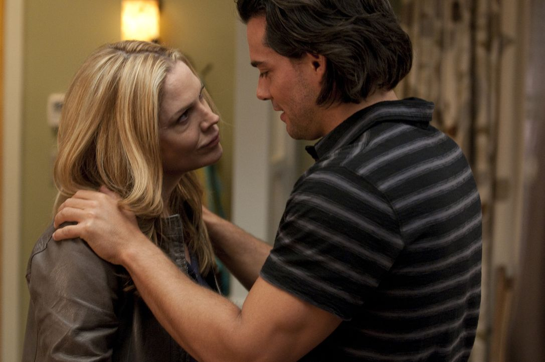 Mary Shannon (Mary McCormack, l.); Raphael Ramirez (Cristián de la Fuente, r.) - Bildquelle: Colleen Hayes USA Network/Colleen Hayes