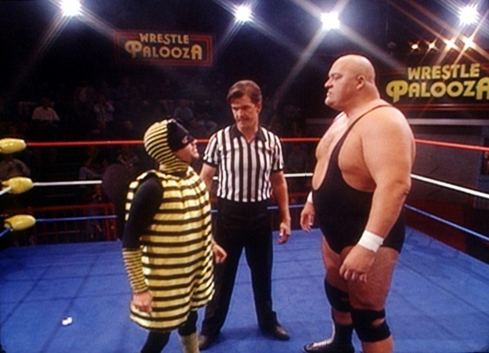 """Um Mitglied bei der Organisation """"No Ma'am"""" zu werden, ist Bud (David Faustino, l.) bereit, gegen den gefürchteten Wrestler King Kong Bundy (King K... - Bildquelle: Columbia Pictures"""