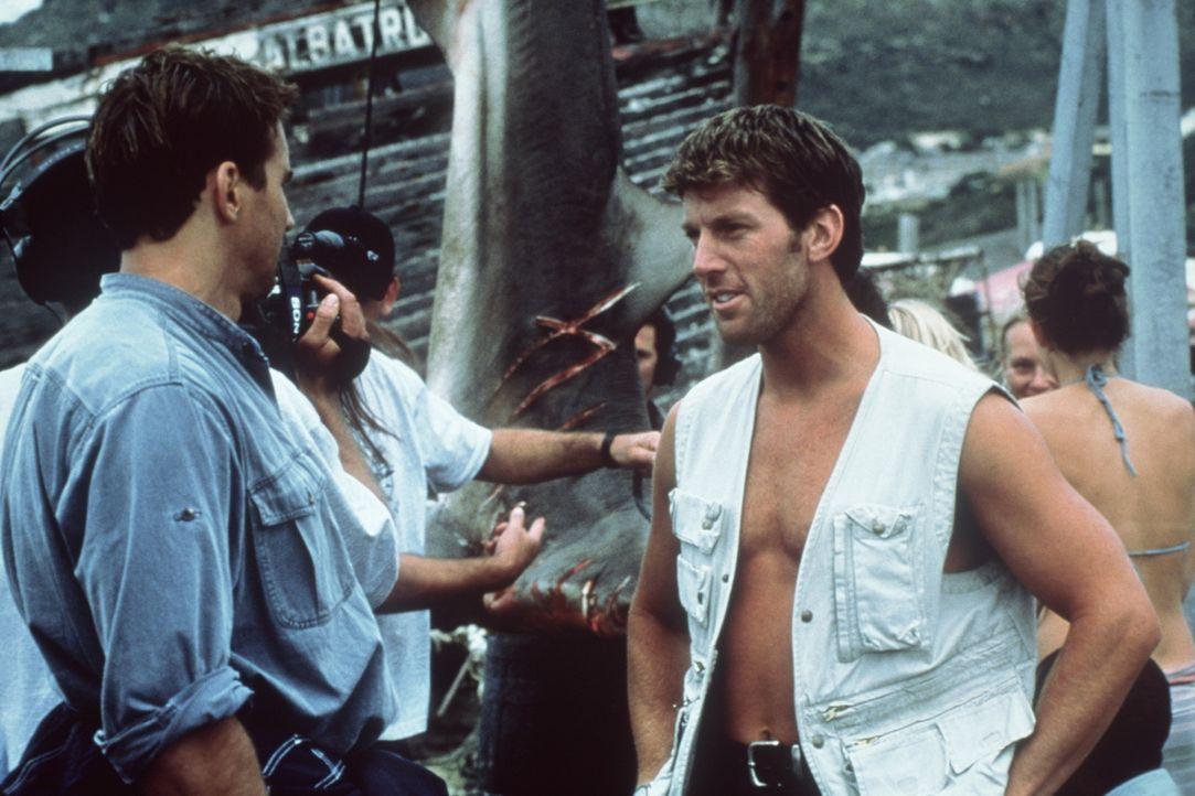 Um die Bestien unschädlich machen zu können, begeben sich Nick (Thorsten Kaye, l.)und Roy (Daniel Alexander, r.) in die Höhle, in der sich noch w... - Bildquelle: Nu Image