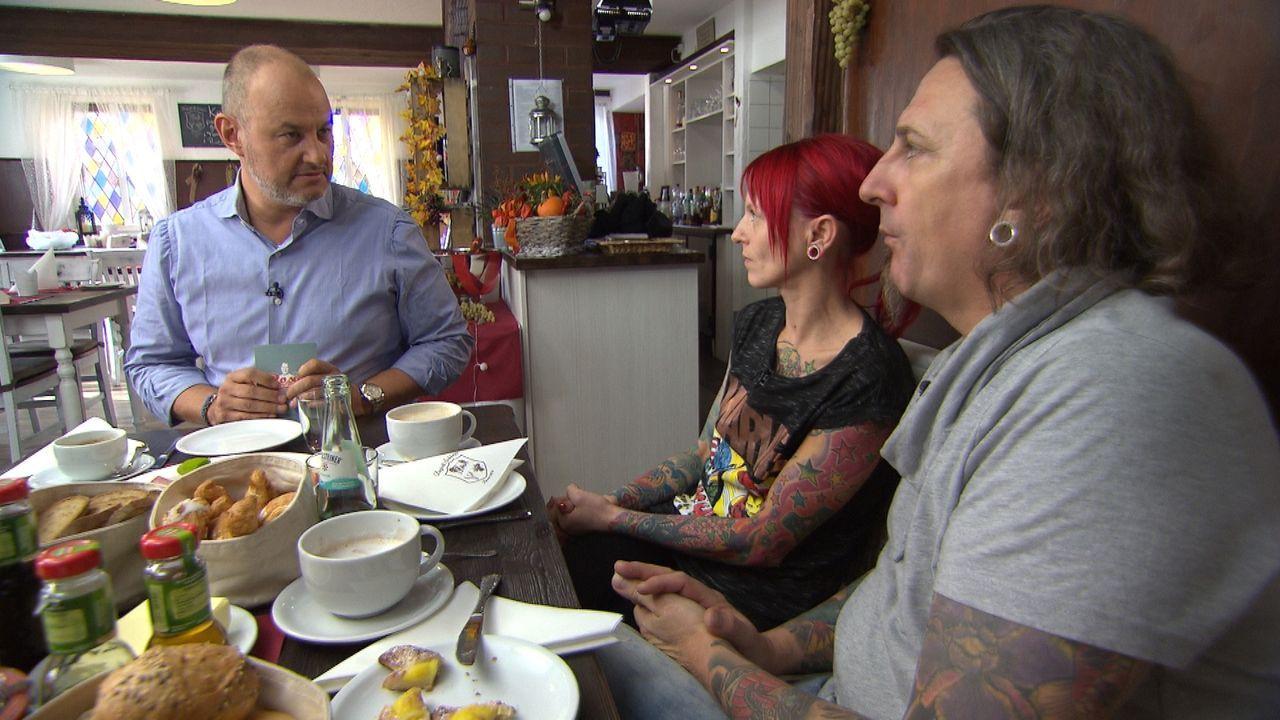 """Kai (r.) und Tina (M.) Schleppi haben das Familienrestaurant """"Degott Schleppi"""" übernommen und aufwendig renoviert, doch trotzdem bleiben die Gäste a... - Bildquelle: kabel eins"""
