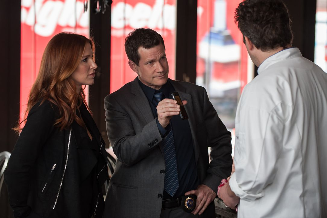 Nachdem ein Mitarbeiter der Küstenwache ermordet aufgefunden wird, entdecken Carrie (Poppy Montgomery, l.) und Al (Dylan Walsh, M.) in dessen Wohnun... - Bildquelle: 2014 Broadcasting Inc. All Rights Reserved.