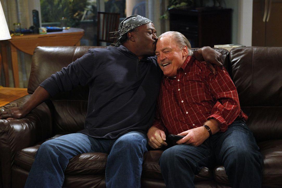 Während Charlie Chelsea hinterher trauert, sind Ed (John Amos, l.) und Tom (Stacy Keach, r.) glücklich miteinander ... - Bildquelle: Warner Brothers