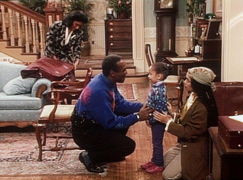 Als Clair (Phylicia Rashad, l.) und Denise (Lisa Bonet, r.) verreisen, bekommt Cliff (Bill Cosby, 2.v.l.) die Aufgabe übertragen, sich um Olivia (R... - Bildquelle: Viacom