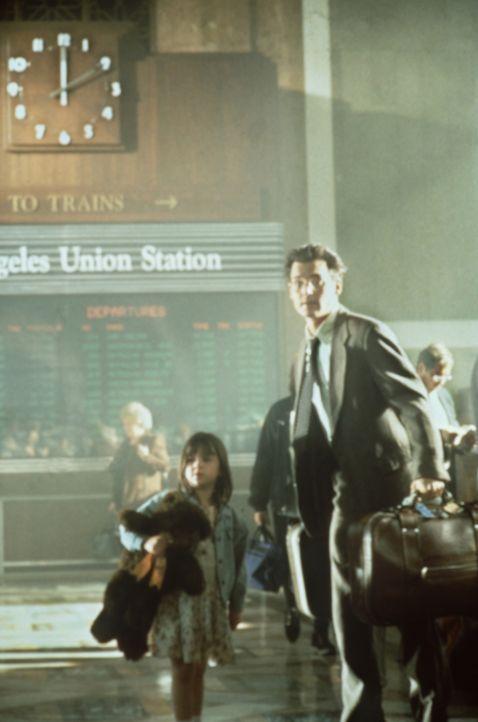 Kaum sind Gene Watson (Johnny Depp, r.) und seine sechs-jährige Tochter Lynn (Courtney Chase, l.) am Bahnhof von L. A. angelangt, wird das Mädchen e... - Bildquelle: Paramount Pictures