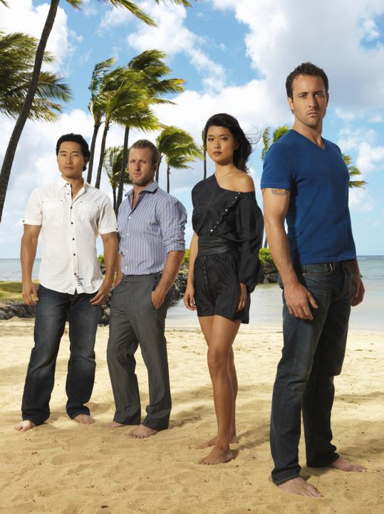 (2. Staffel) - Im Kampf gegen das organisierte Verbrechen im Paradies:  Steve McGarrett (Alex O'Loughlin, r.),  Danny Williams (Scott Caan, 2.v.l.),... - Bildquelle: TM &   CBS Studios Inc. All Rights Reserved.
