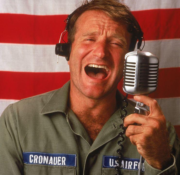 Adrian Cronauer (Robin Williams) kommt 1965 als neuer unkonventioneller Radiomoderator nach Vietnam, um für die US Army auf Sendung zu gehen ... - Bildquelle: Touchstone Pictures
