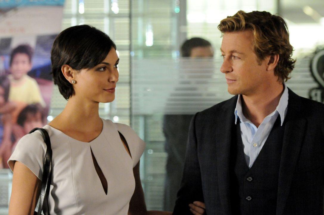 Patrick Jane (Simon Baker, r.) lässt die Mörderin Erica Flynn (Morena Baccarin, l.), die er vor einem Jahr hinter Gitter brachte, beurlauben. Sie gi... - Bildquelle: Warner Bros. Television