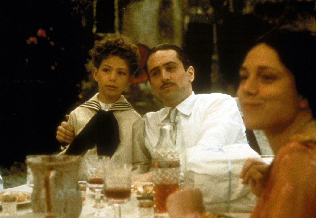 In jungen Jahren besucht Vito Corleone (Robert De Niro, M.) seine alte Heimat Sizilien, um seine Familie zu rächen ... - Bildquelle: Paramount Pictures