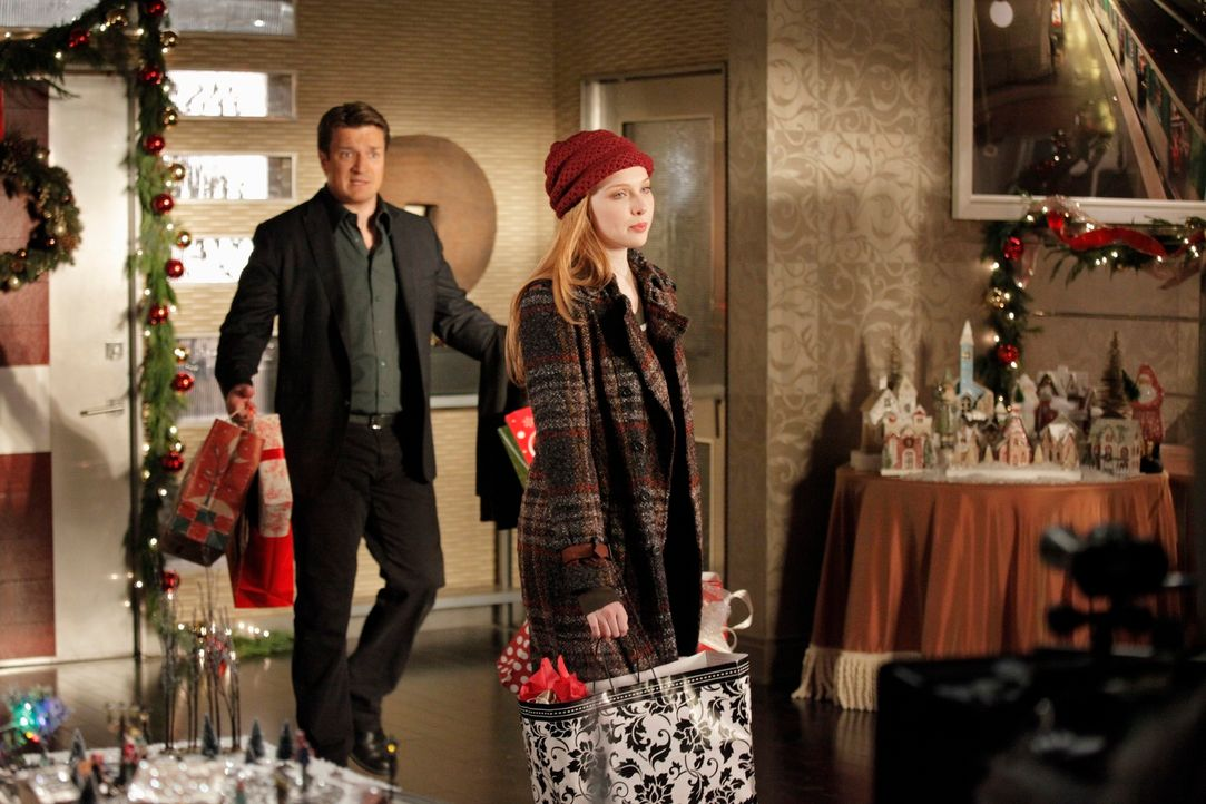 Stecken mitten in den Weihnachtsvorbereitungen: Castle (Nathan Fillion, l.) und Alexis (Molly C. Quinn, r.) - Bildquelle: 2012 American Broadcasting Companies, Inc. All rights reserved.