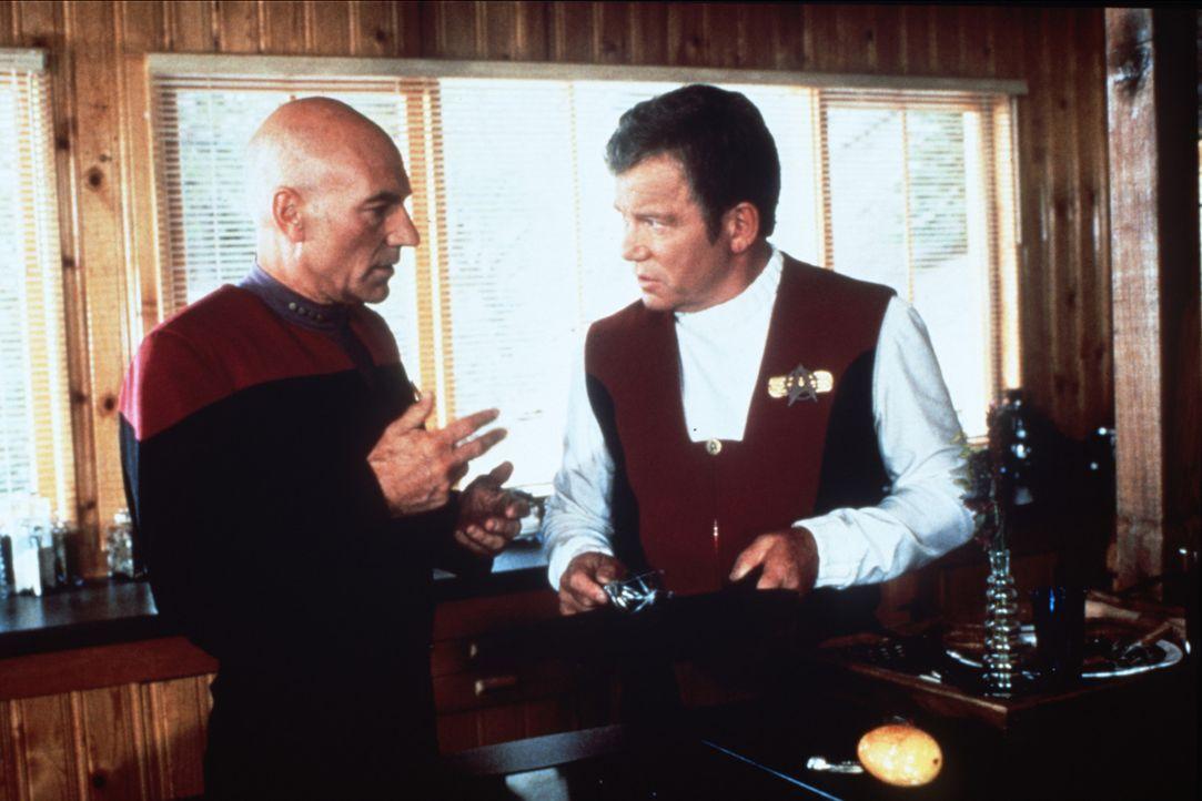 """Captain Jean-Luc Picard (Patrick Stewart, l.) trifft Captain James T. Kirk (William Shatner, r.) im """"Nexus"""", einem Ort, an dem alle Wünsche in Erf - Bildquelle: Paramount Pictures"""