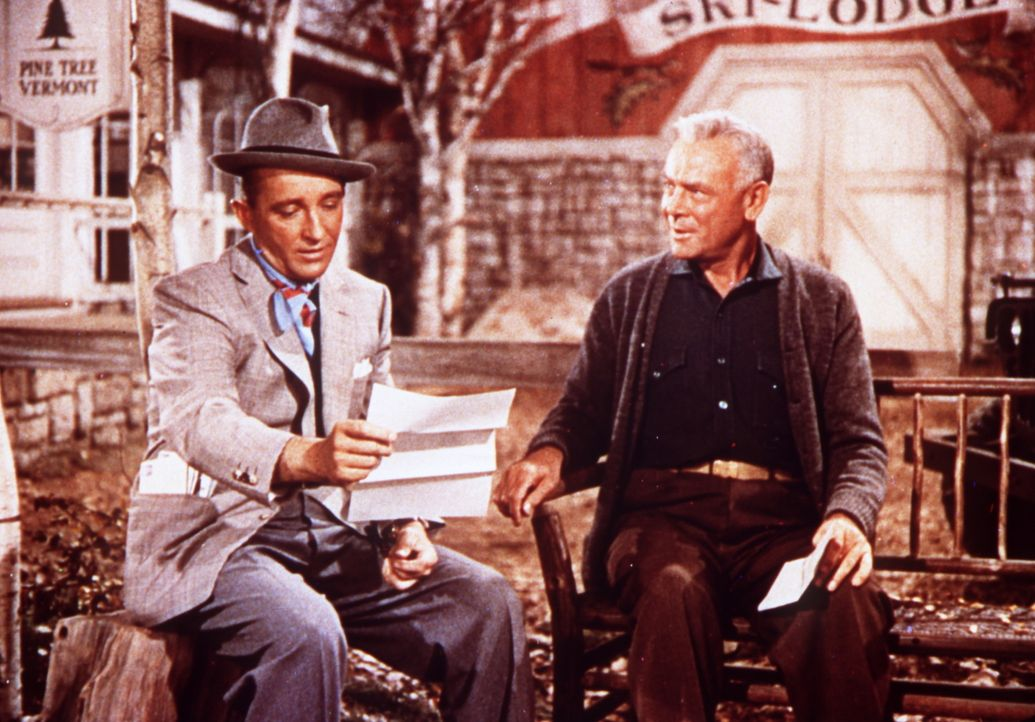 Bob (Bing Crosby, l.) und sein ehemaliger Kommandeur General Waverly (Dean Jagger, r.) erhalten eine erfreuliche Nachricht ... - Bildquelle: Paramount Pictures