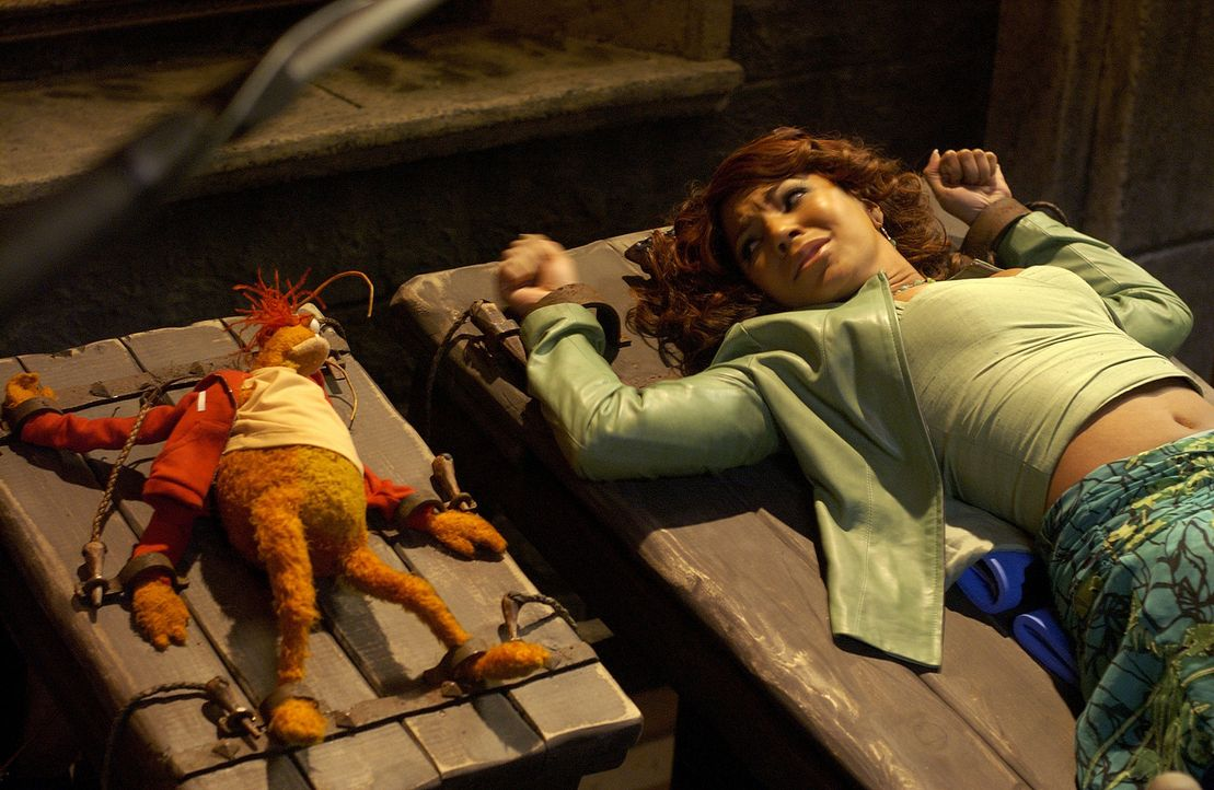 Gerät in die Hand einer bösen Hexe: Dorothy (Ashanti) ... - Bildquelle: The Muppets Holding Company, LLC. MUPPETS characters and elements are trademarks of the Muppet Holding Company, LLC.  All rights reserved
