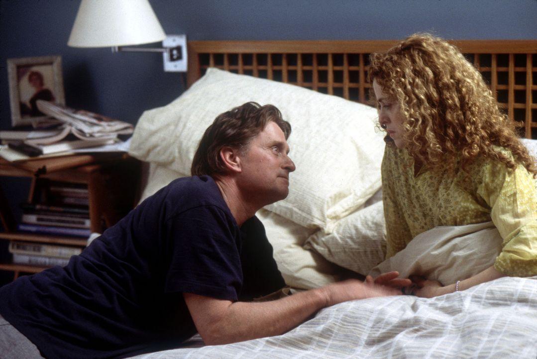 Leiden unter den Abnutzungserscheinungen ihrer Ehe: Rebecca (Bernadette Peters, r.) und Alex (Michael Douglas, l.) ... - Bildquelle: Buena Vista International