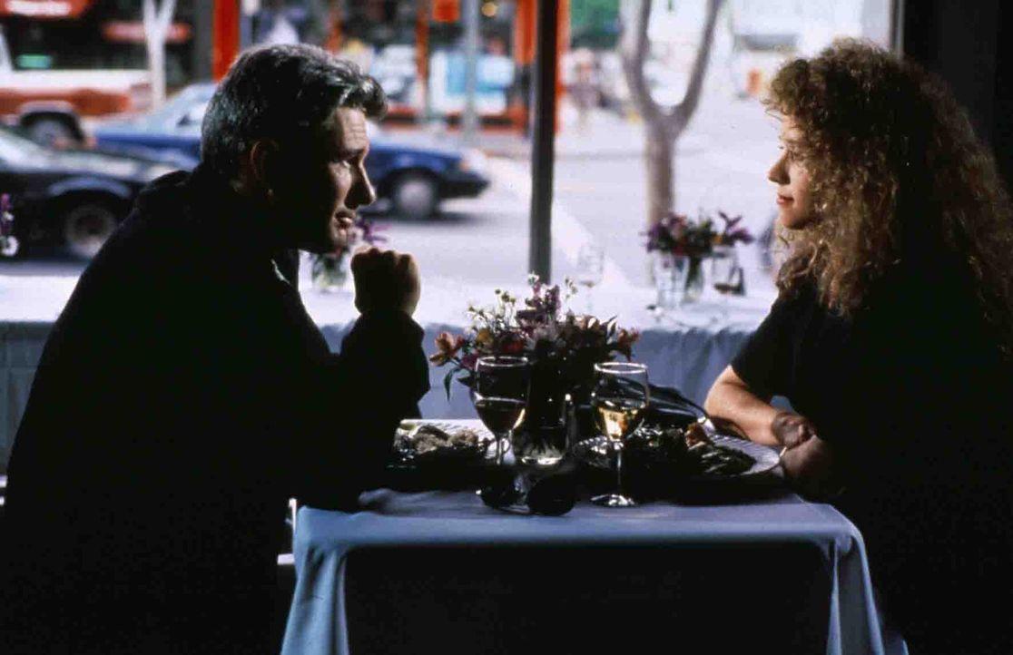 Mit altbewährter Routine gelingt es dem charmanten Dennis Peck (Richard Gere, l.), die Bekanntschaft von Avilas schöner Frau Kathleen (Nancy Travi... - Bildquelle: Paramount Pictures