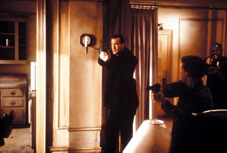 Ein neuer Fall führt Jack Cole (Steven Seagal, l.) nach L.A. zurück, doch dort wird er von seiner Vergangenheit eingeholt ... - Bildquelle: Warner Bros. Pictures