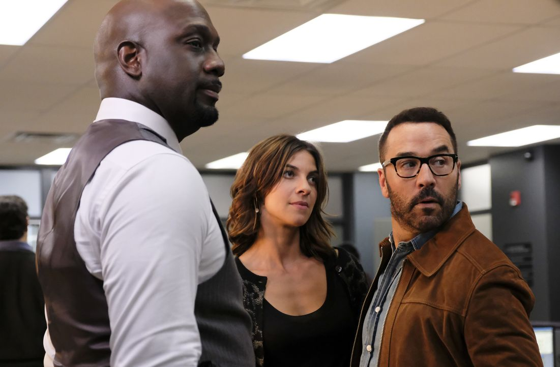 Ahnen nicht, dass einige Schwierigkeiten auf sie zukommen: Detective Cavanaugh (Richard T. Jones, l.), Sara (Natalia Tena, l.) und Jeffrey (Jeremy P... - Bildquelle: Darren Michaels Darren Michales   2017 CBS Broadcasting, Inc. All Rights Reserved.