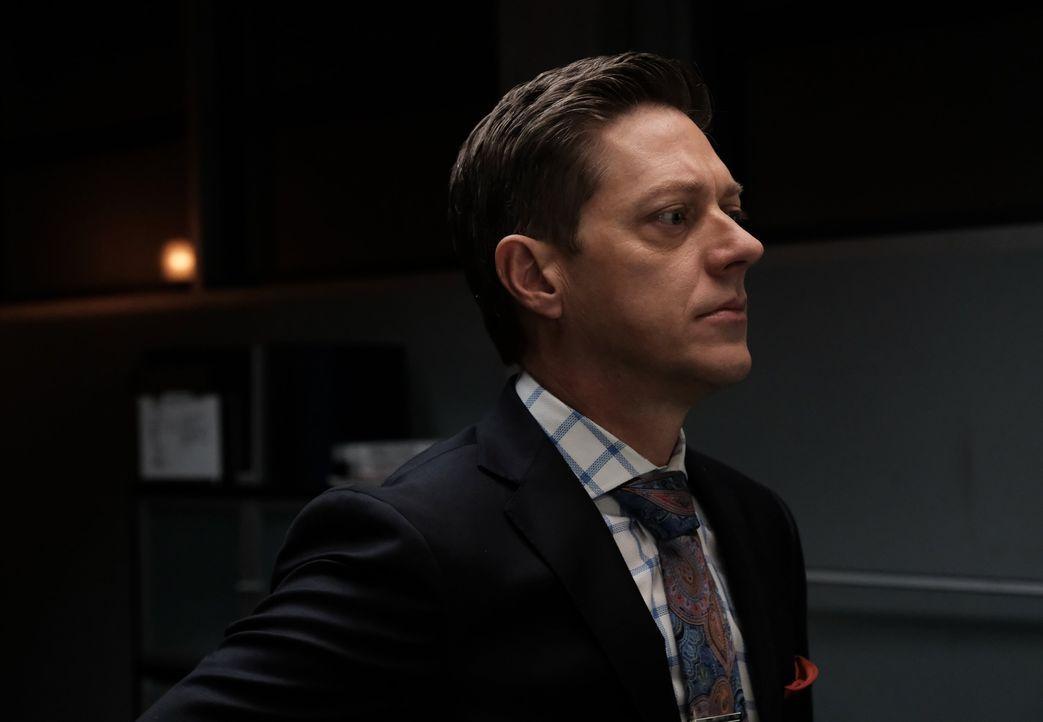 Können Überwachungsaufnahmen vom Tatort Aufschluss bringen? Avery (Kevin Rahm) geht den Indizien nach ... - Bildquelle: Warner Brothers