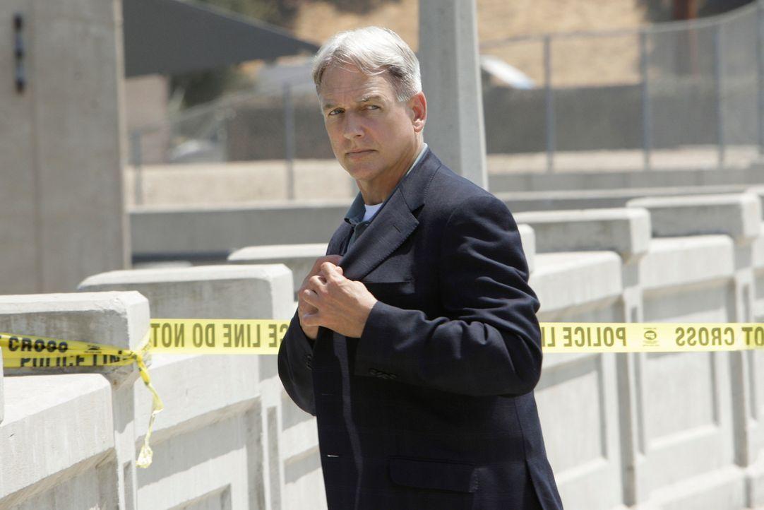 Der Blogger Matt Burns wird tot auf einer Baustelle aufgefunden. Er ist von einer Brücke gestürzt. Nun müssen Gibbs (Mark Harmon) und sein Team hera... - Bildquelle: CBS Television