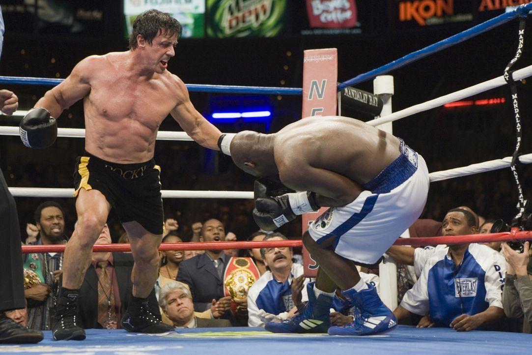 Dixon (Antonio Tarver, r.) Manager glaubt einen Weg gefunden zu haben, das Image des ungeliebten Champions zu verbessern. Im Ring mit Rocky (Sylvest...