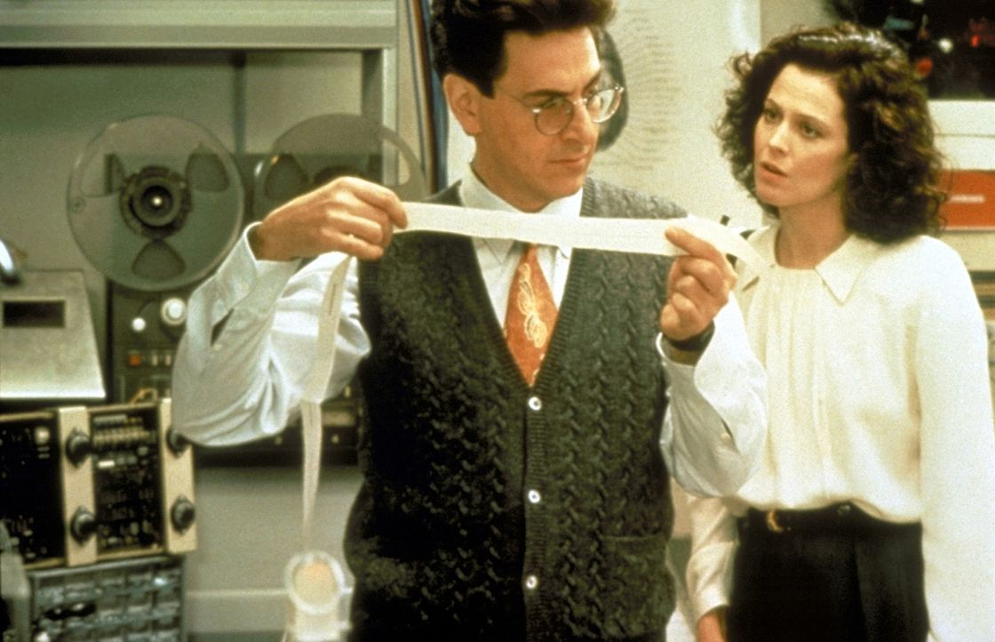 Weil Dana (Sigourney Weaver, r.) spürt, dass sie und ihr Baby von etwas sehr Bösem verfolgt werden, sucht sie bei Egon Spengler (Harold Ramis, l.)... - Bildquelle: 1989 Columbia Pictures Industries, Inc. All Rights Reserved.