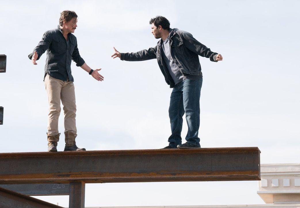Als der Verdächtige Esparza (Gabriel Nunez, r.) die Flucht nach oben wählt und Riggs (Clayne Crawford, l.) ihn in schwindelerregender Höhe auf einem... - Bildquelle: Warner Brothers