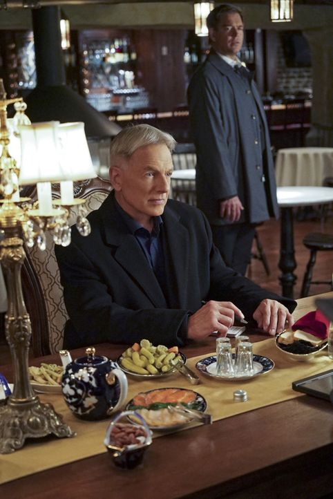 Ein neuer Fall, bei dem Abbys Bruder eine Rolle spielt, beschäftigt Gibbs (Mark Harmon, l.) und Tony (Michael Weatherly, r.) ... - Bildquelle: Bill Inoshita 2015 CBS Broadcasting, Inc. All Rights Reserved / Bill Inoshita