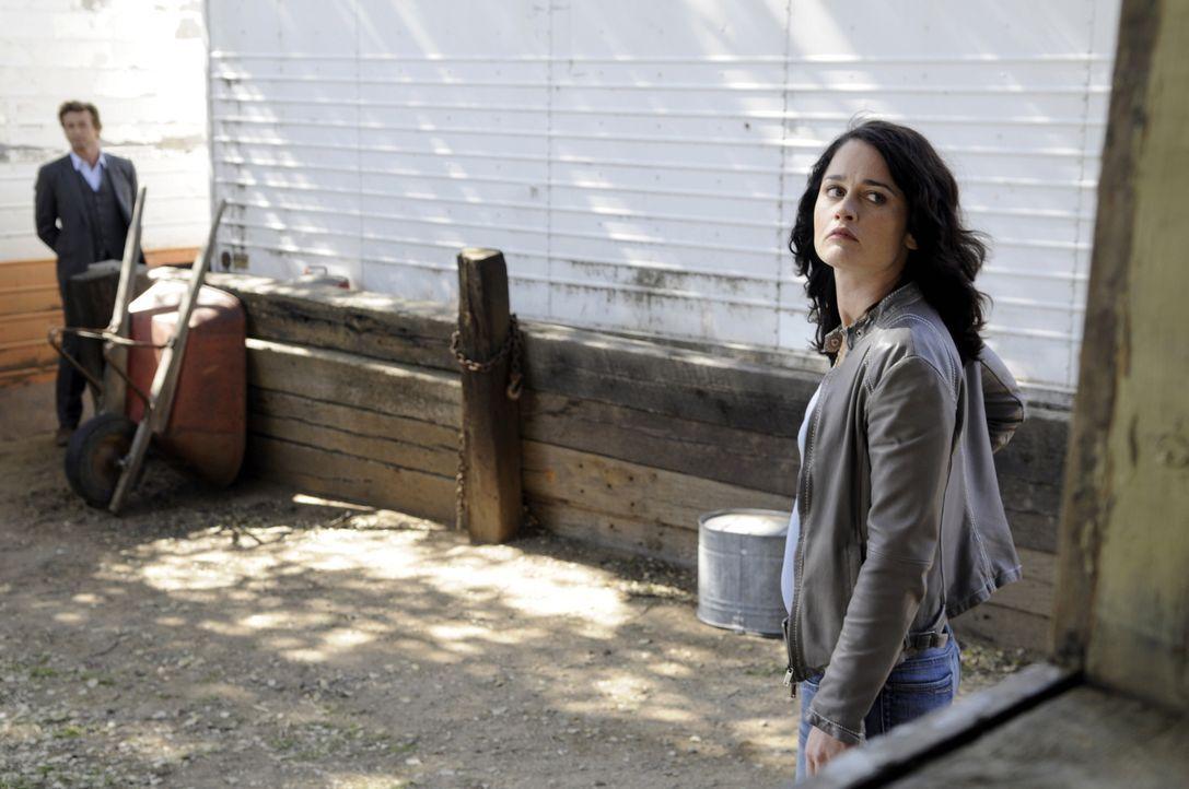 Bei den Ermittlungen in einem neuen Mordfall: Patrick (Simon Baker, l.) und Teresa (Robin Tunney, r.) ... - Bildquelle: Warner Bros. Television