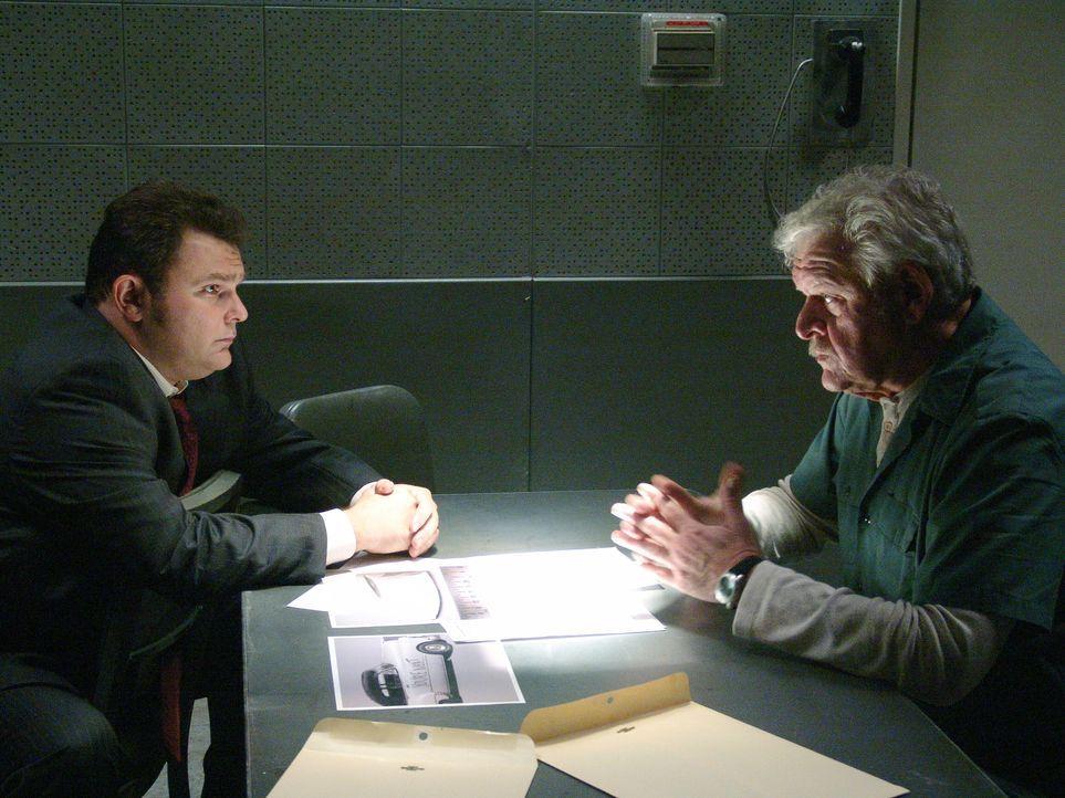 Im aktuellen Fall hat Det. Nick Vera (Jeremy Ratchford, l.) einige Fragen an Dean (Dion Anderson, r.) ... - Bildquelle: Warner Bros. Television