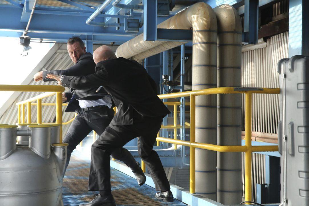 Als Walters Date vom vergangenen Abend unerwarteter Weise bei Team Scorpion auftaucht, müssen Cabe (Robert Patrick, l.) und das Team einen Auftrag a... - Bildquelle: Michael Yarish 2015 CBS Broadcasting, Inc. All Rights Reserved.