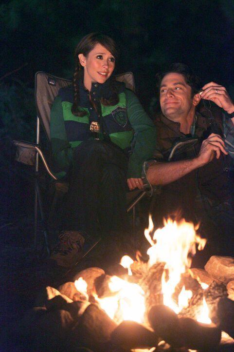 Genießen die Ruhe und das romantische Lagerfeuer: Melinda (Jennifer Love Hewitt, l.) und Jim (David Conrad, r.) ... - Bildquelle: ABC Studios